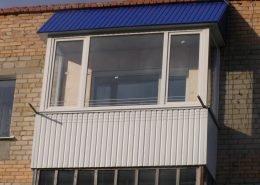 Остекление балкона с установкой крыши
