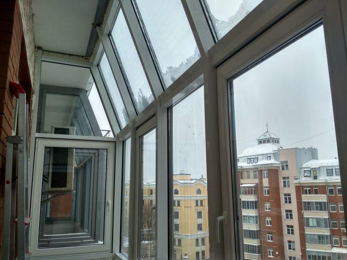 Остекление балкона тёплым алюминиевым профилем с металпластиковыми створками.
